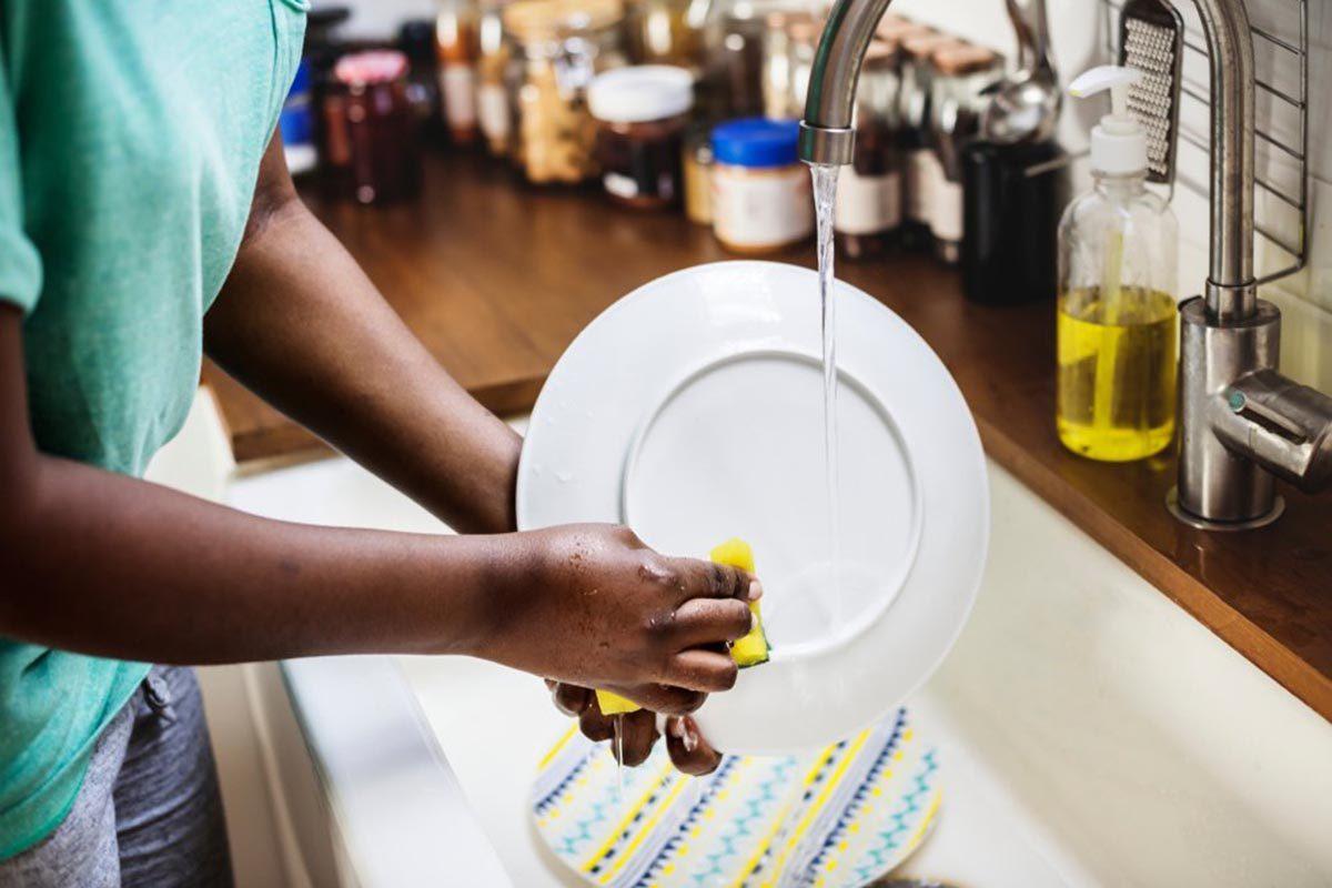 Objet plus sale que les toilettes : l'éponge ou le chiffon de cuisine.
