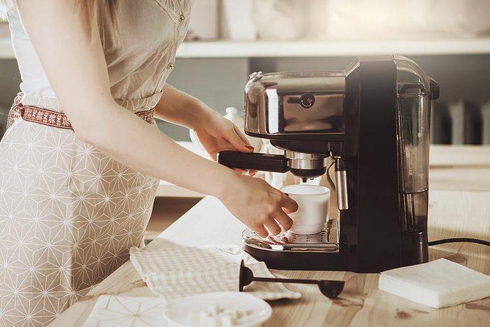 Objet plus sale que les toilettes : la machine à café.