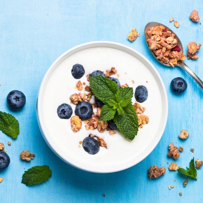 Des protéines peuvent être ajoutées à votre smoothie avec du yogourt grec.