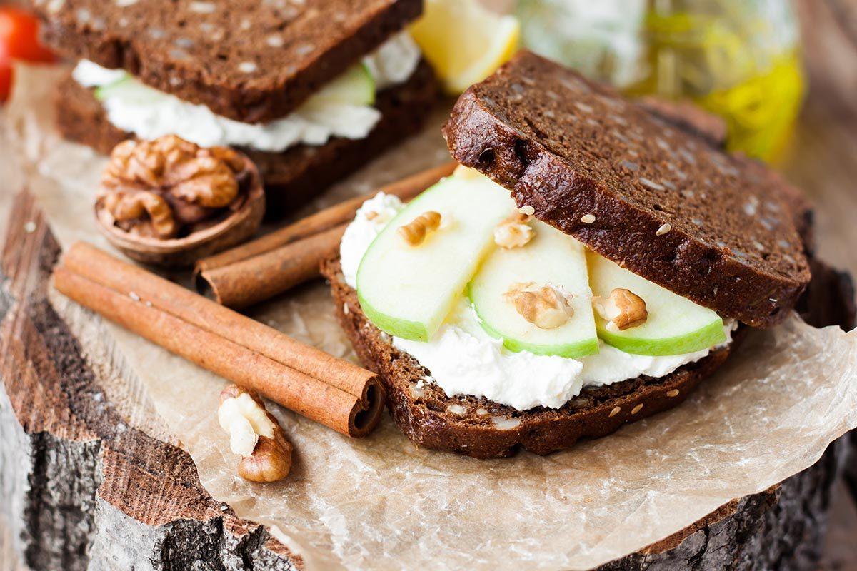 Recette de sandwich santé aux pommes et aux noix.