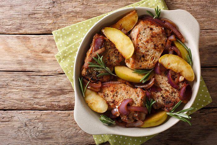 Recettes pour diabétiques : des côtelettes de porc au fruits secs et pomme.