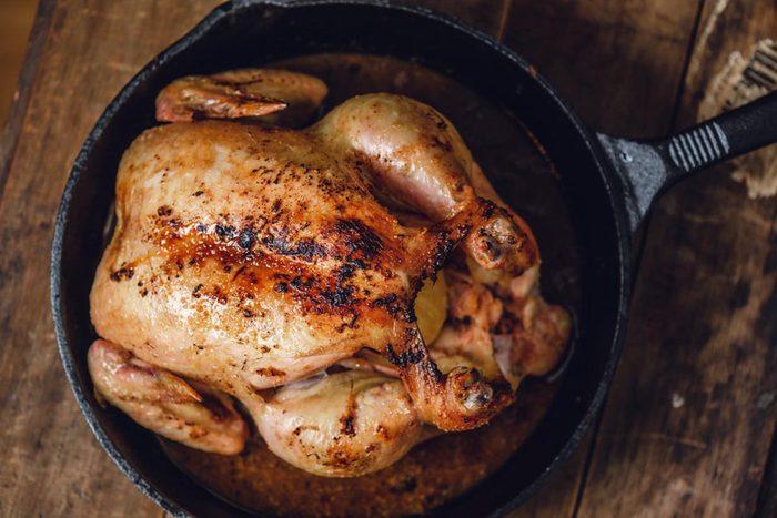 Pour réduire les factures, achetez un poulet entier plutôt qu'en morceau.