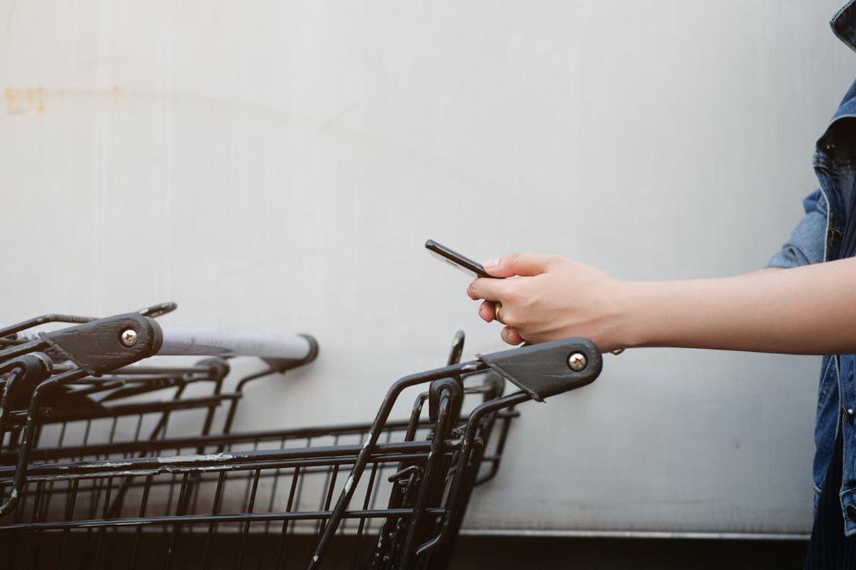 Pour réduire les factures, consultez la publicité avant d'aller au ravitaillement.