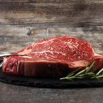 On mange moins de viande, mais ce n'est pas à cause des végétaliens