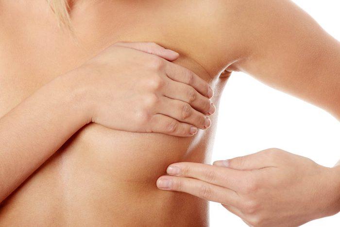 Signes de cancer méconnus : l'apparition d'inégalités et de décoloration sur la peau des seins.