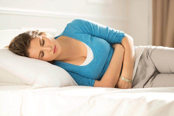 Signes de cancer méconnus : des maux d'estomac ou des nausées.