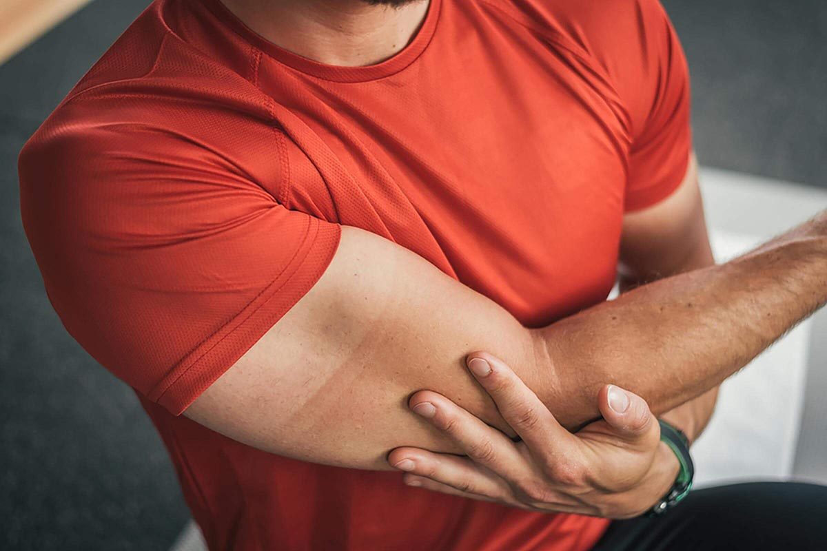 Signes d'un AVC : avoir le bras engourdi.