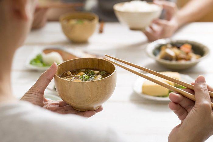 La soupe miso a de nombreux bienfaits santé.
