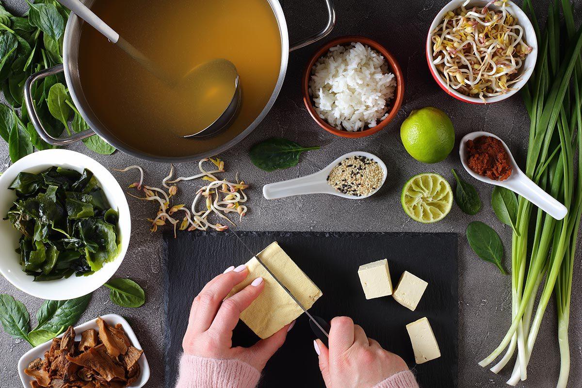 La soupe miso se prépare à partir d'ingrédients offerts en épiceries asiatiques.