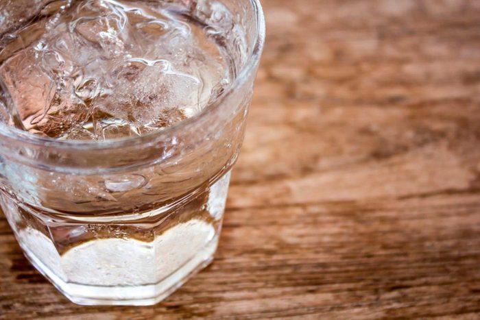 Superaliments pour avoir une belle peau : l'eau minérale.