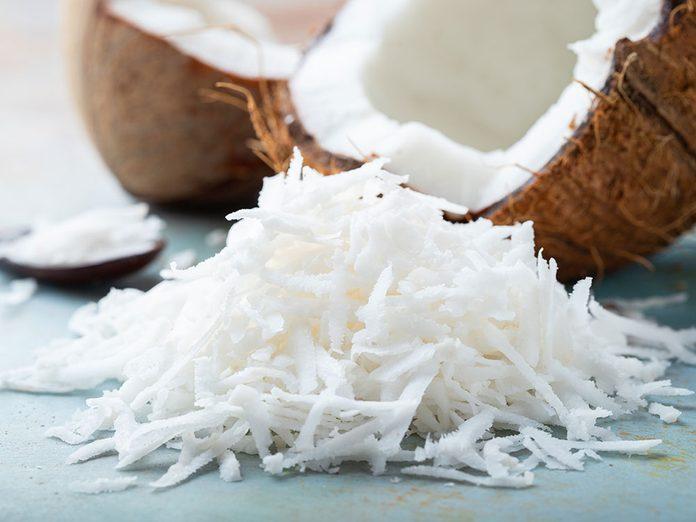 Des flocons de noix de coco à ajouter au yogourt.
