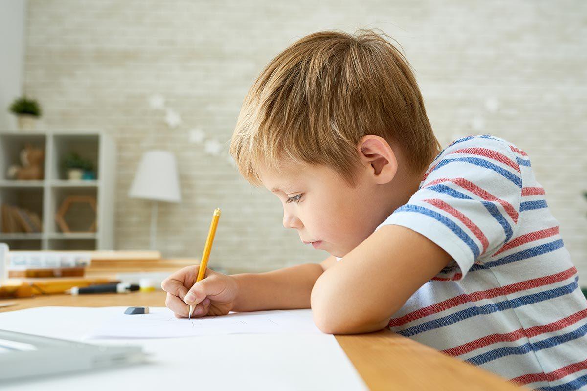 Pour aider vos enfants à faire leurs devoirs, laissez-les devenir autonome.