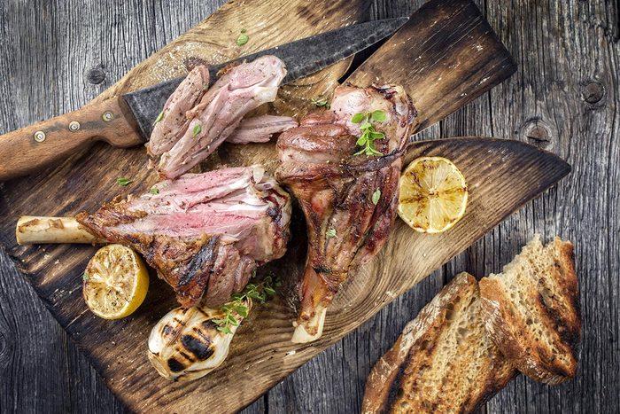 Recettes aphrodisiaques : jarret d'agneau aphrodisiaque aux olives et aux artichauts.