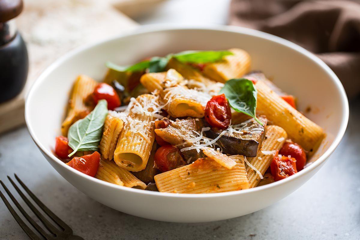 Recettes aphrodisiaques : Rigatoni rapini, tomates cerises et ail rôti.