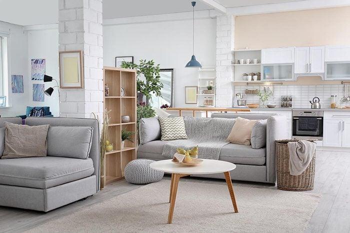 Pour une déco minimaliste, délimitez les pièces ouvertes avec vos meubles.