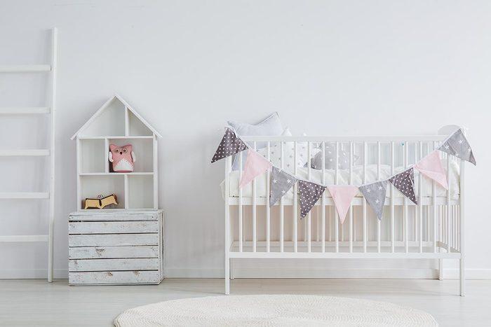 Pour une déco minimaliste, créez un environnement calme dans la chambre de bébé.