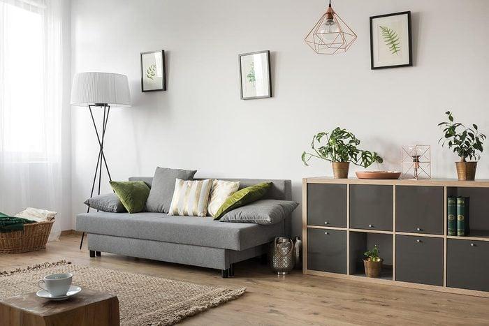 Pour une déco minimaliste, alignez des meubles de la même hauteur.