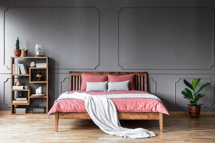 Pour une déco minimaliste, désencombrez la chambre à coucher.