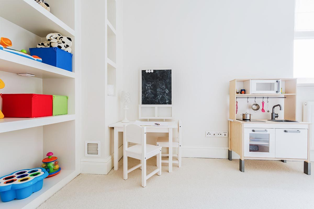 Pour une déco minimaliste, rangez les jouets des enfants.