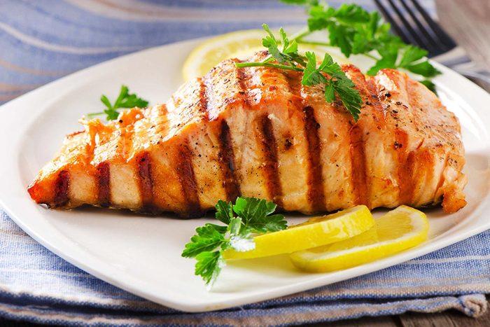 L'espérance de vie peut augmenter en mangeant du poisson.