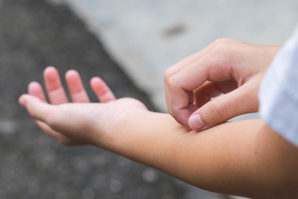 Une personne hypocondriaque questionne le médecin sur ses verrues à une réunion de parents.