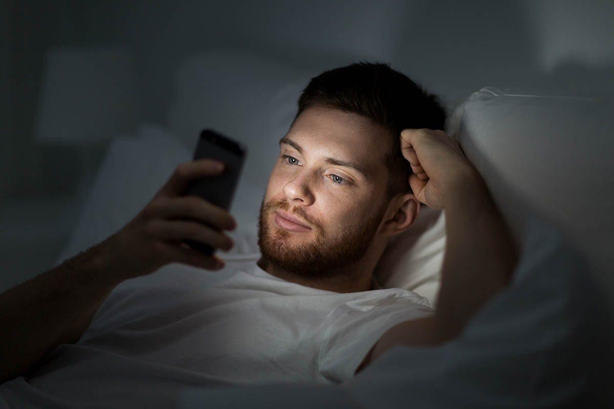 Pour mieux dormir, évitez les appareils électroniques le soir.
