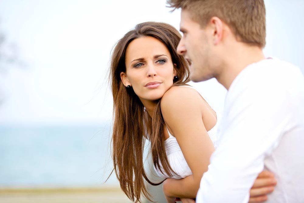 Un narcissique conversationnel parle sans arrêt.