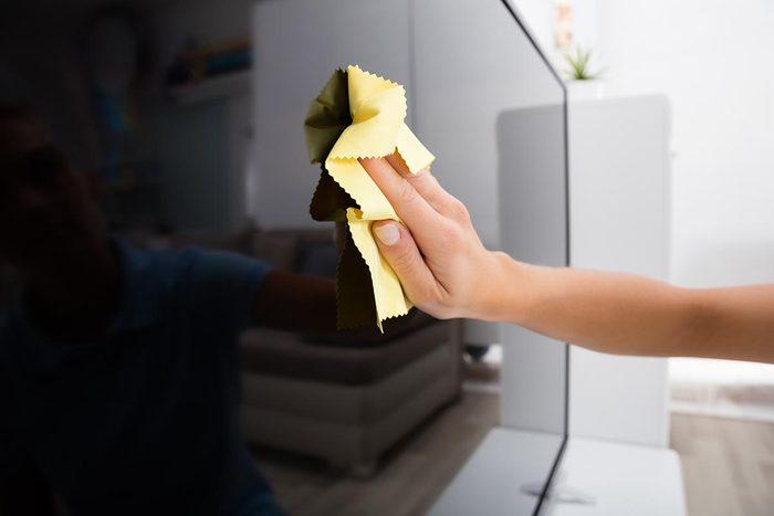 Astuce pour nettoyer la télévision : utilisez une feuille d'assouplissant.