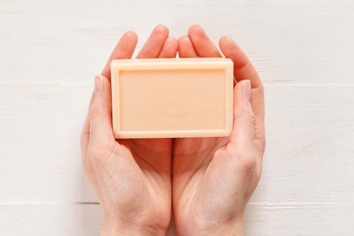 Astuce pour nettoyer : utilisez une éponge pour préserver le savon.