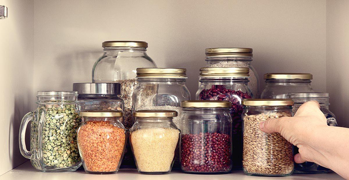 Astuce pour nettoyer : réutilisez vos couvercles en plastique pour protéger vos étagères.