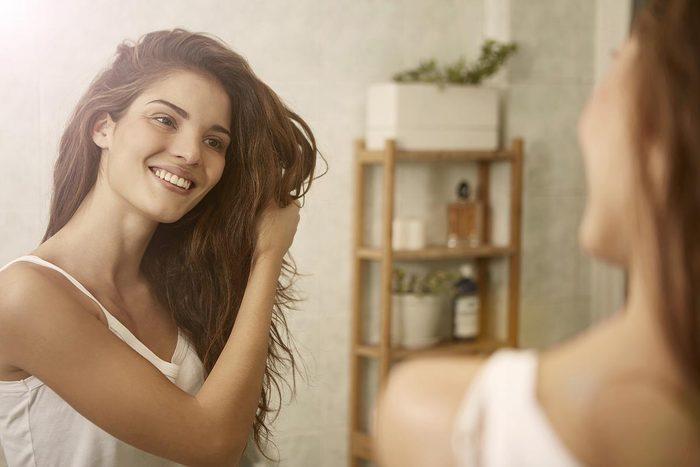 Pour nettoyer vos cheveux sans shampoing, utilisez de la farine.