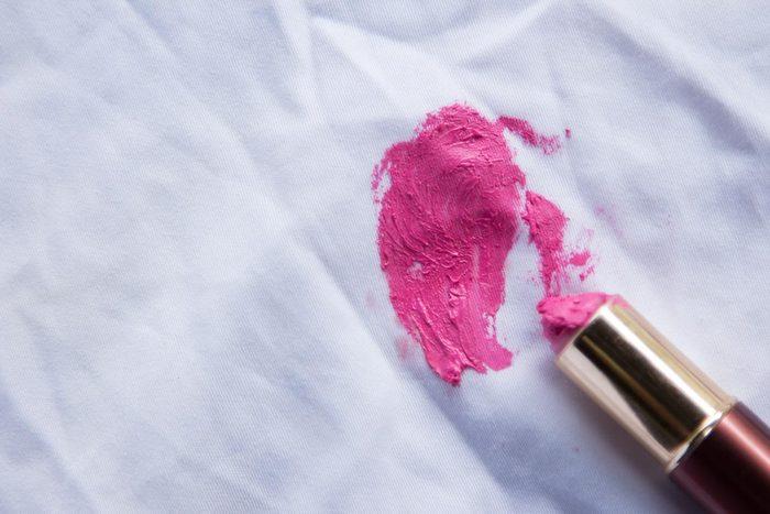 Vous pouvez nettoyer des tâches de rouge à lèvres avec de la graisse alimentaire.