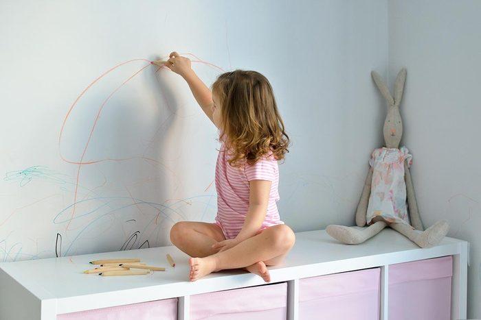 Pour nettoyer les marques de crayons, utilisez du WD-40.