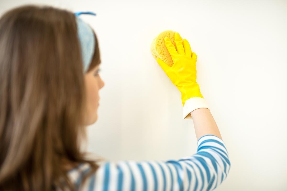Pour nettoyer le papier peint, utilisez une éponge et du bicarbonate.