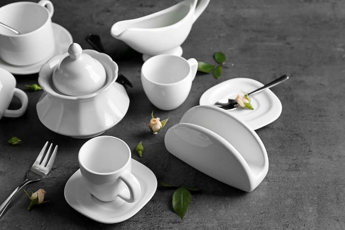 Pour nettoyer la porcelaine, utilisez du bicarbonate.