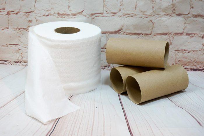 Astuce pour nettoyer et ranger : utilisez des tubes en carton pour vos rallonges.
