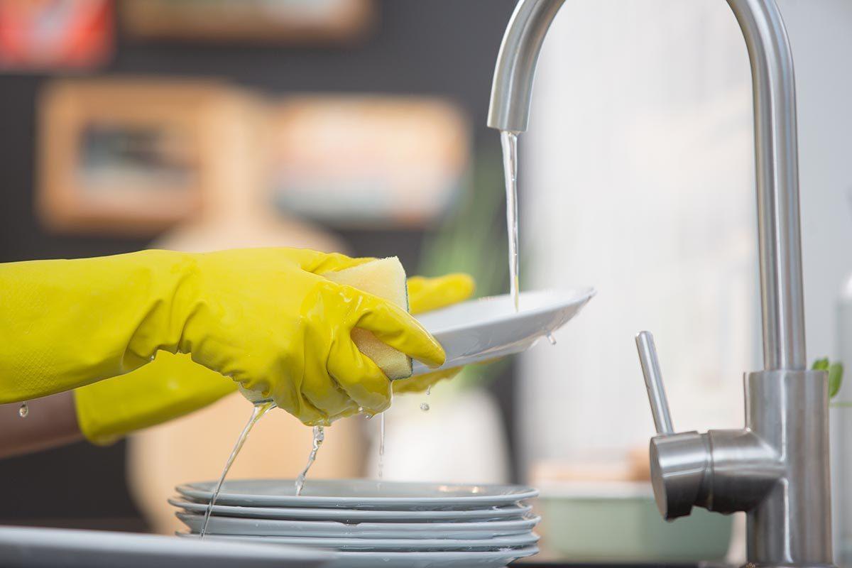 Pour nettoyer de la vaisselle, utilisez du shampoing.