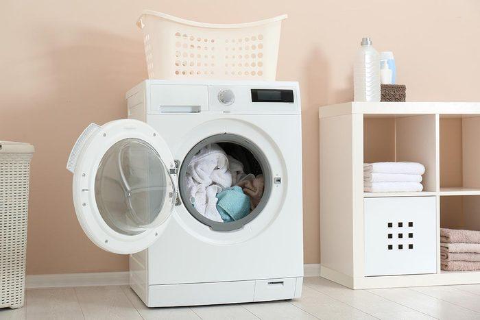 Vous pouvez nettoyer les vêtements en les mettant dans une taie.
