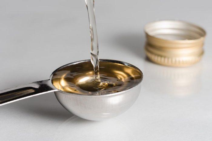 Pour nettoyer des marque de transpiration sur des vêtements, appliquez du vinaigre.