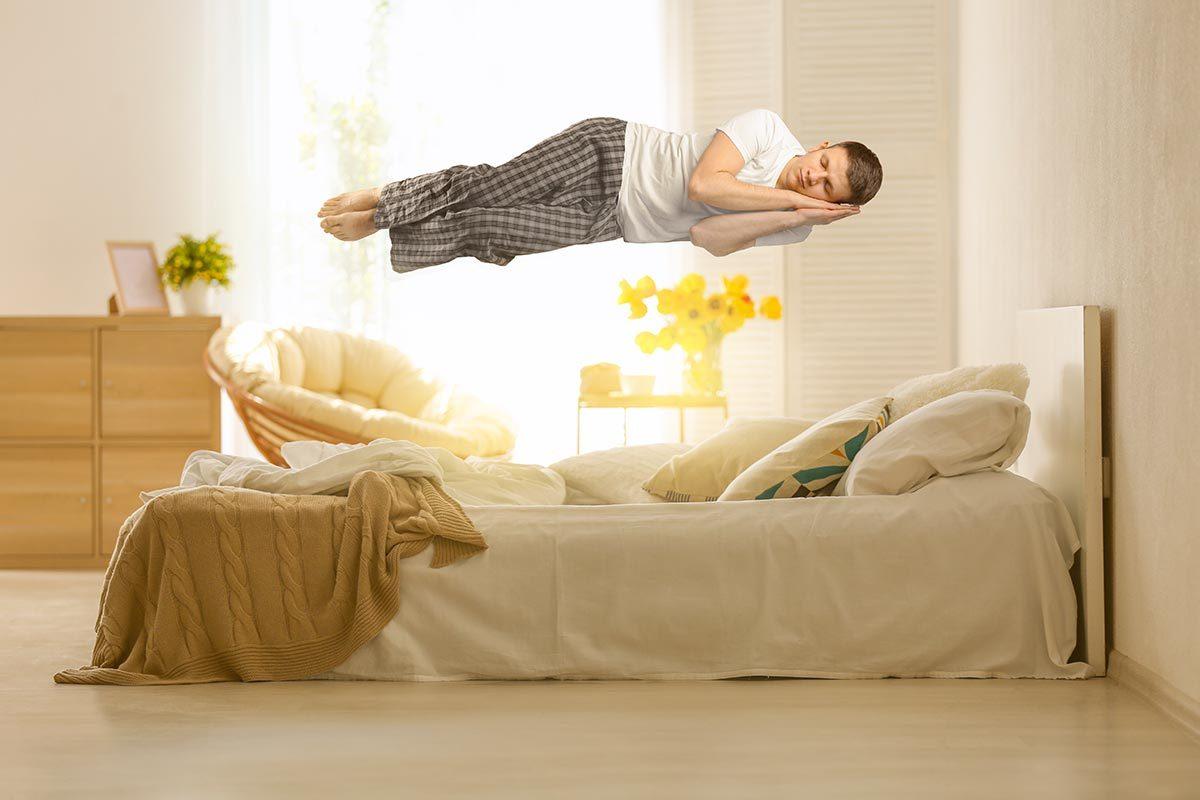 La paralysie du sommeil peut donner l'impression de voler en dormant.