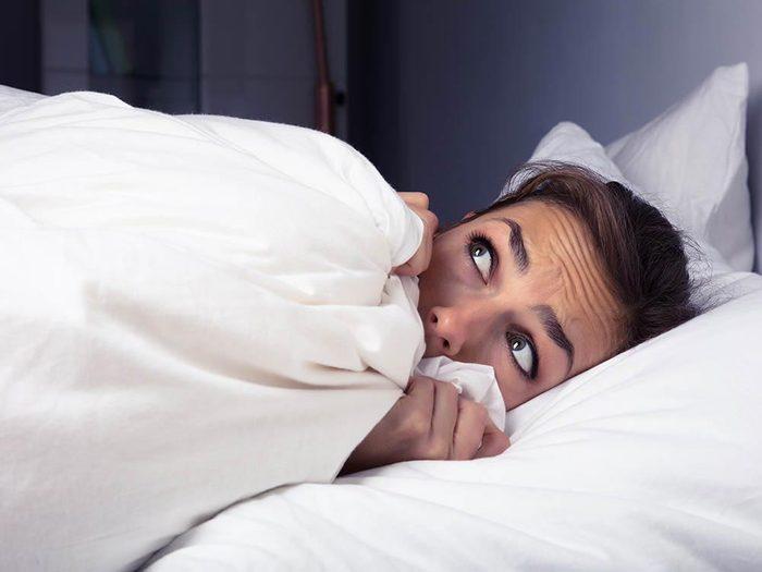 La paralysie du sommeil peut donner des hallucinations.