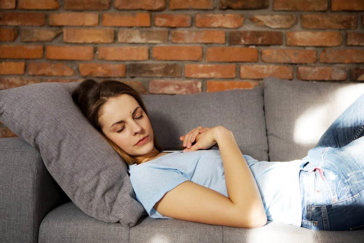 La paralysie du sommeil peut se déclencher dans un lieu inhabituel.