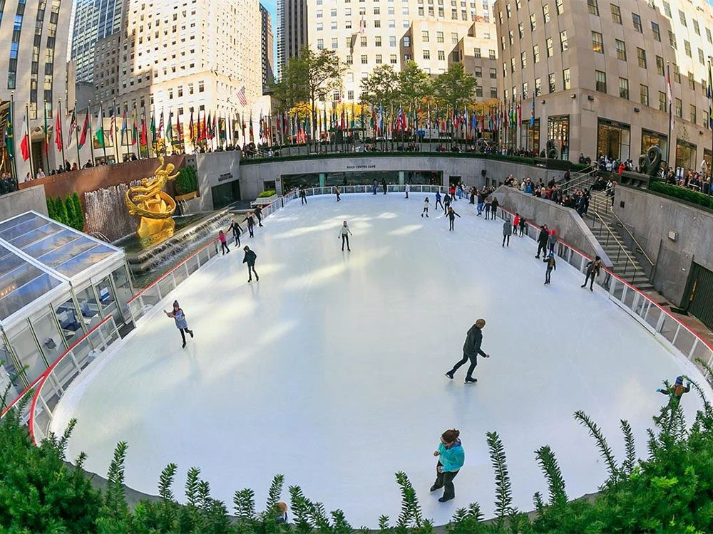 La patinoire du Rockefeller Center à New York aux États-Unis.