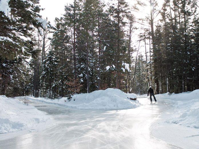 La patinoire du domaine de la forêt perdue au Québec.