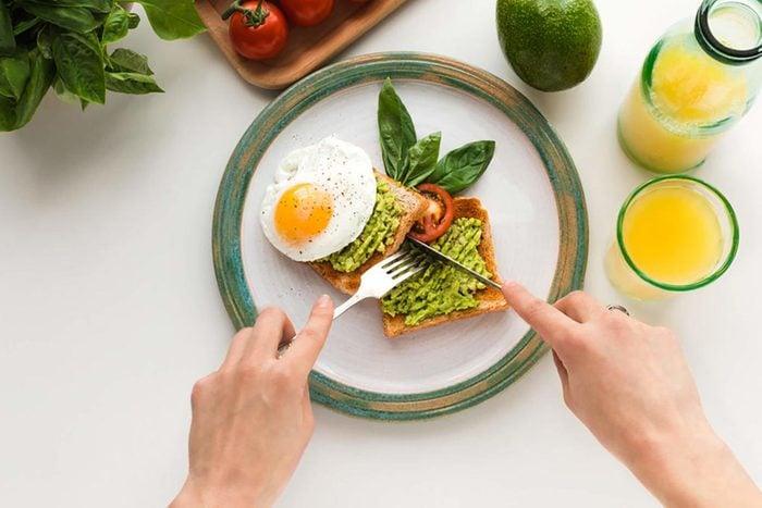 Pour perdre du poids, mangez des aliments gras.