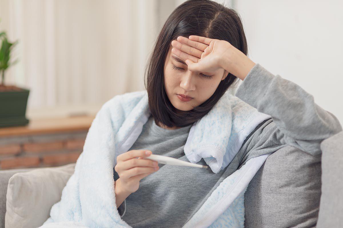 La perte de cheveux peut être causée par l'effluvium télogène.