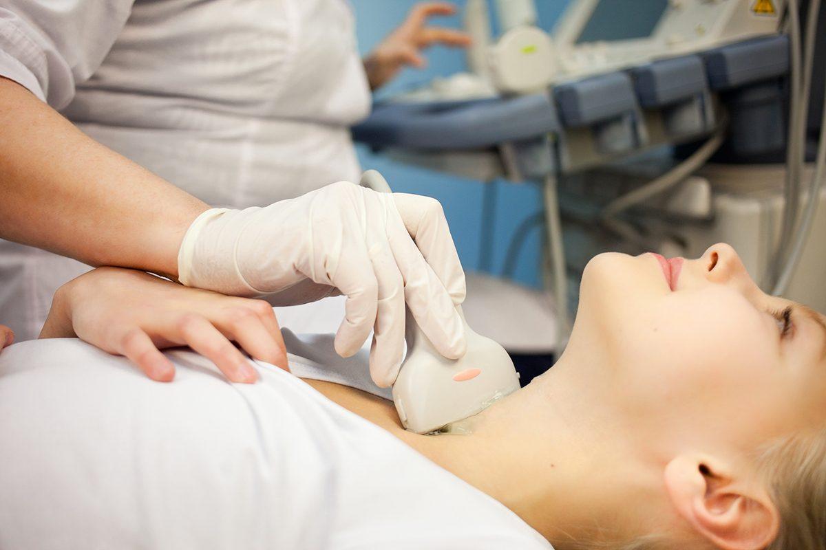La perte de cheveux peut être due à un problème de thyroïde.
