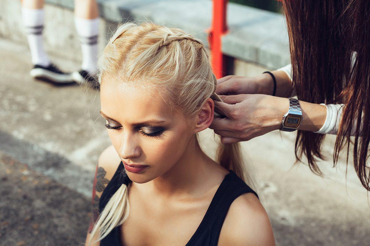 La perte de cheveux peut être causée par des coiffures serrées.