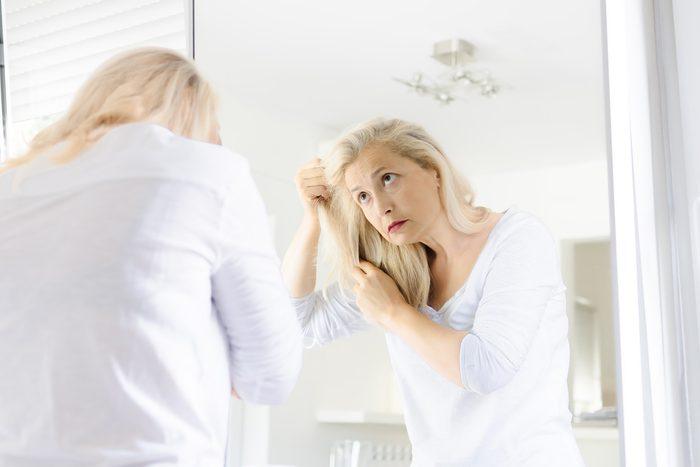 La perte de cheveux peut être maquillée avec un produit adapté.