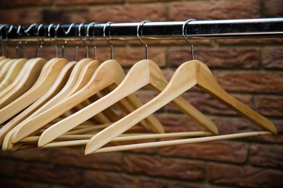 Rangement : truquez vos cintres pour identifier les vêtements que vous ne portez plus.